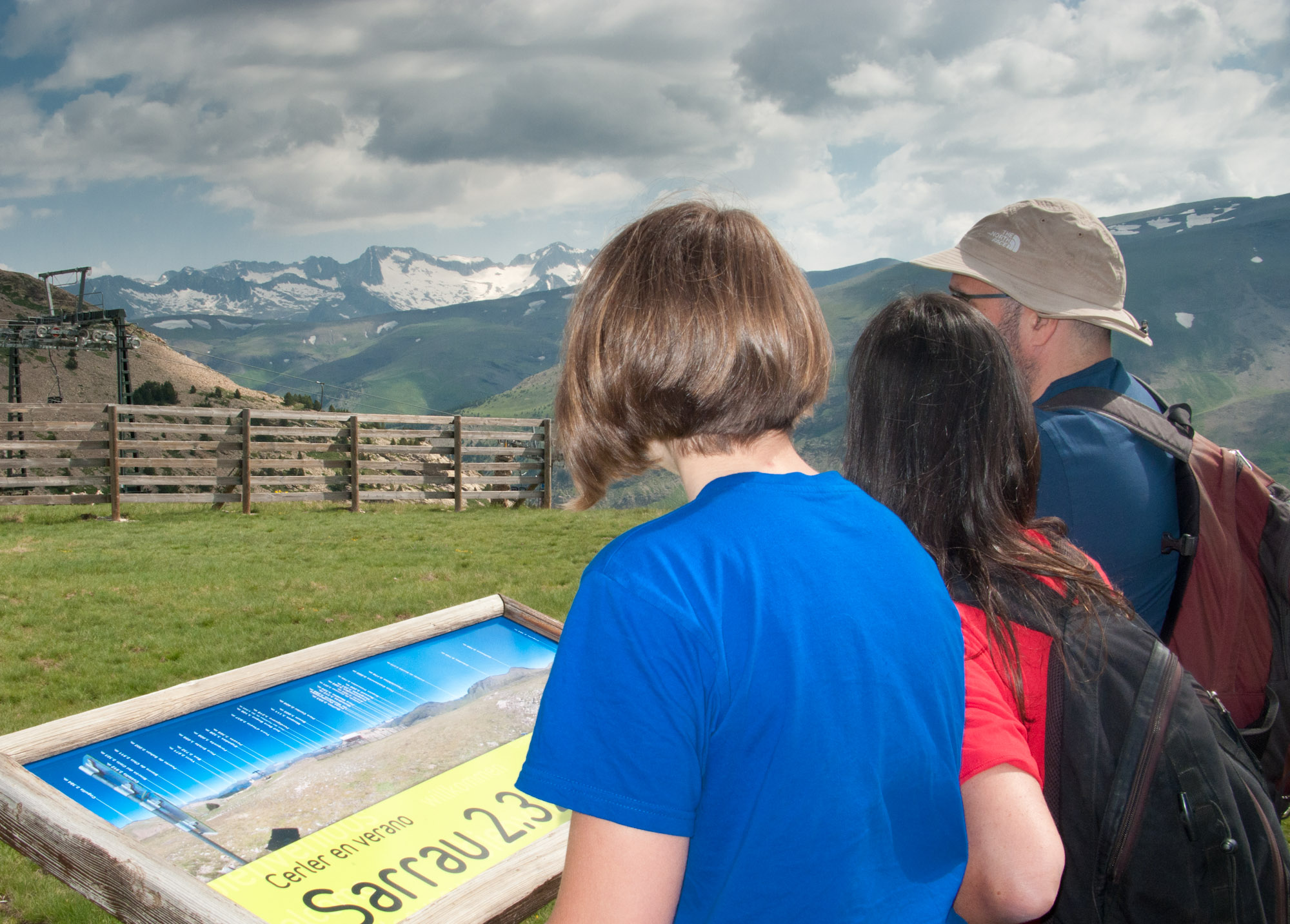 familia contemplando el pico Aneto