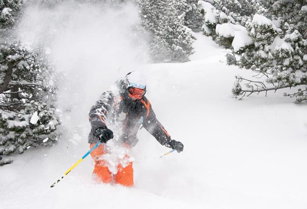 Un monitor disfrutando de la nieve polvo recién caída en Cerler