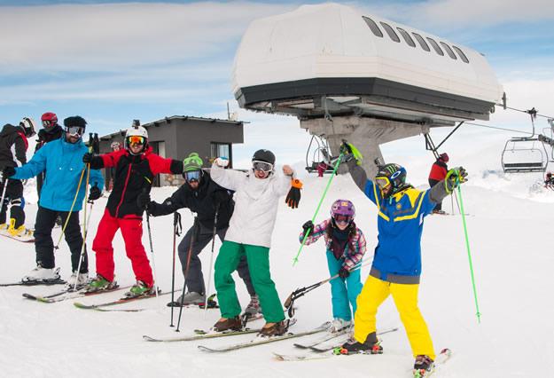 Esquiadores equipados con sus correspondientes gafas
