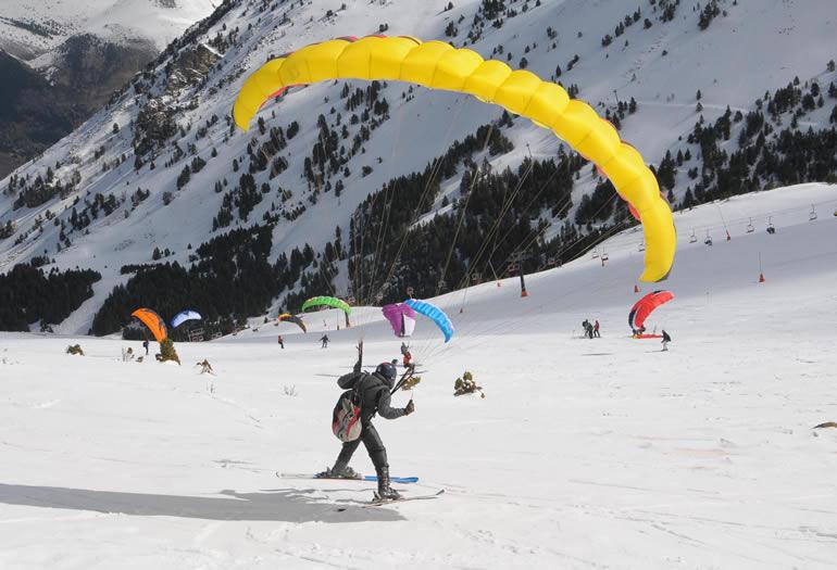 ¿Quieres volar y esquiar con el speedriding?