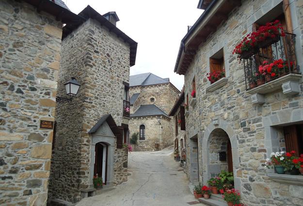 Casas de la calle Mayor del pueblo de Lanuza