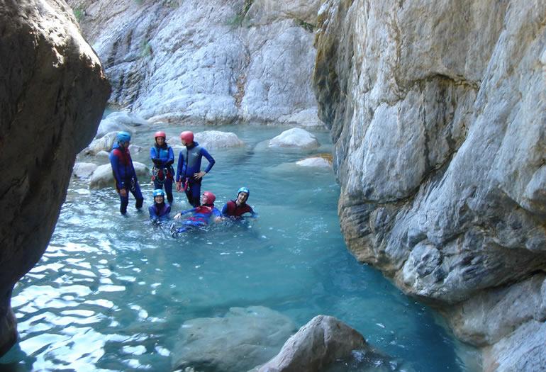 Barranquistas descansan en una de las pozas durante el descenso