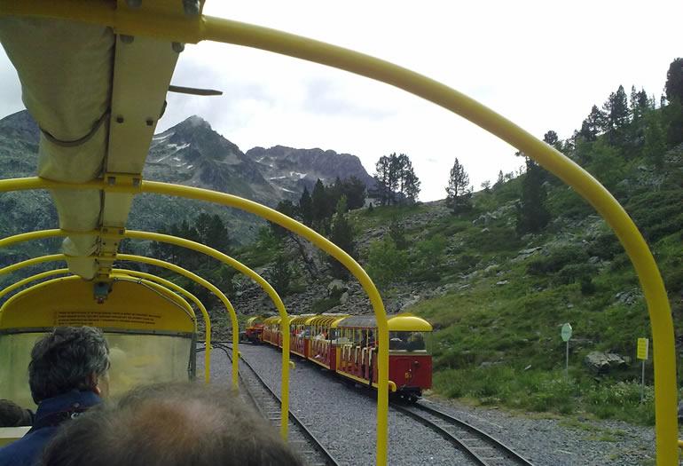 El pequeño tren de Artouste fue construido en los años veinte para transportar los materiales del dique que alimenta las centrales hidroeléctricas de la zona. El trayecto es una aventura en sí mismo.