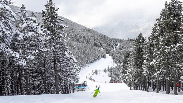 Un esquiador capta la imagen de la estación de Cerler este domingo 26