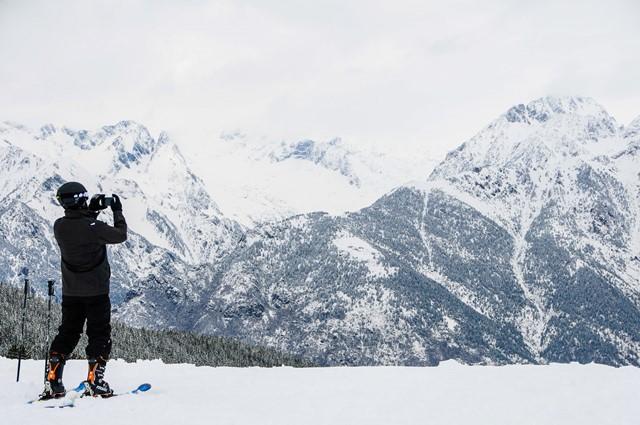 Un esquiador capta la imagen de la estación de Cerler este domingo 26. Otro día más, amanecía blanco el valle