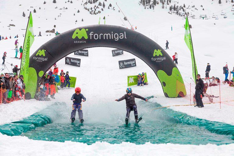 Descensos tropicales, piscinas y fiestas après-ski para despedir la gran temporada de Aramón