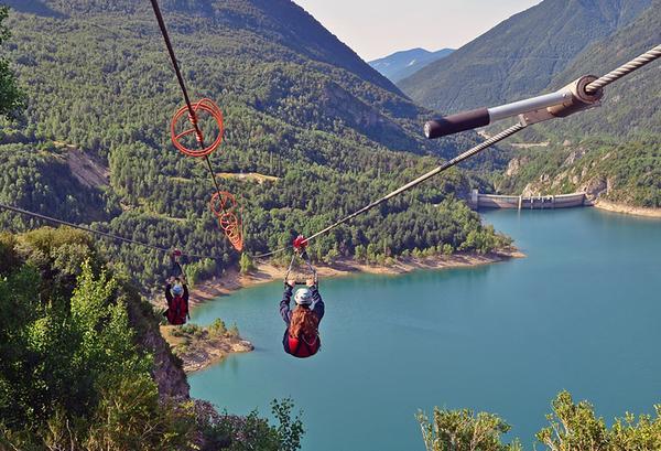 La tirolina del valle de Tena, la tirolina doble más larga de Europa con sus 950 metros de longitud ofrece unas espectaculares vistas aéreas del pantano de Búbal.