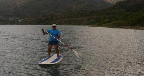En el embarcadero Suscalar, situado en el embalse de Lanuza, se puede practicar pádel surf