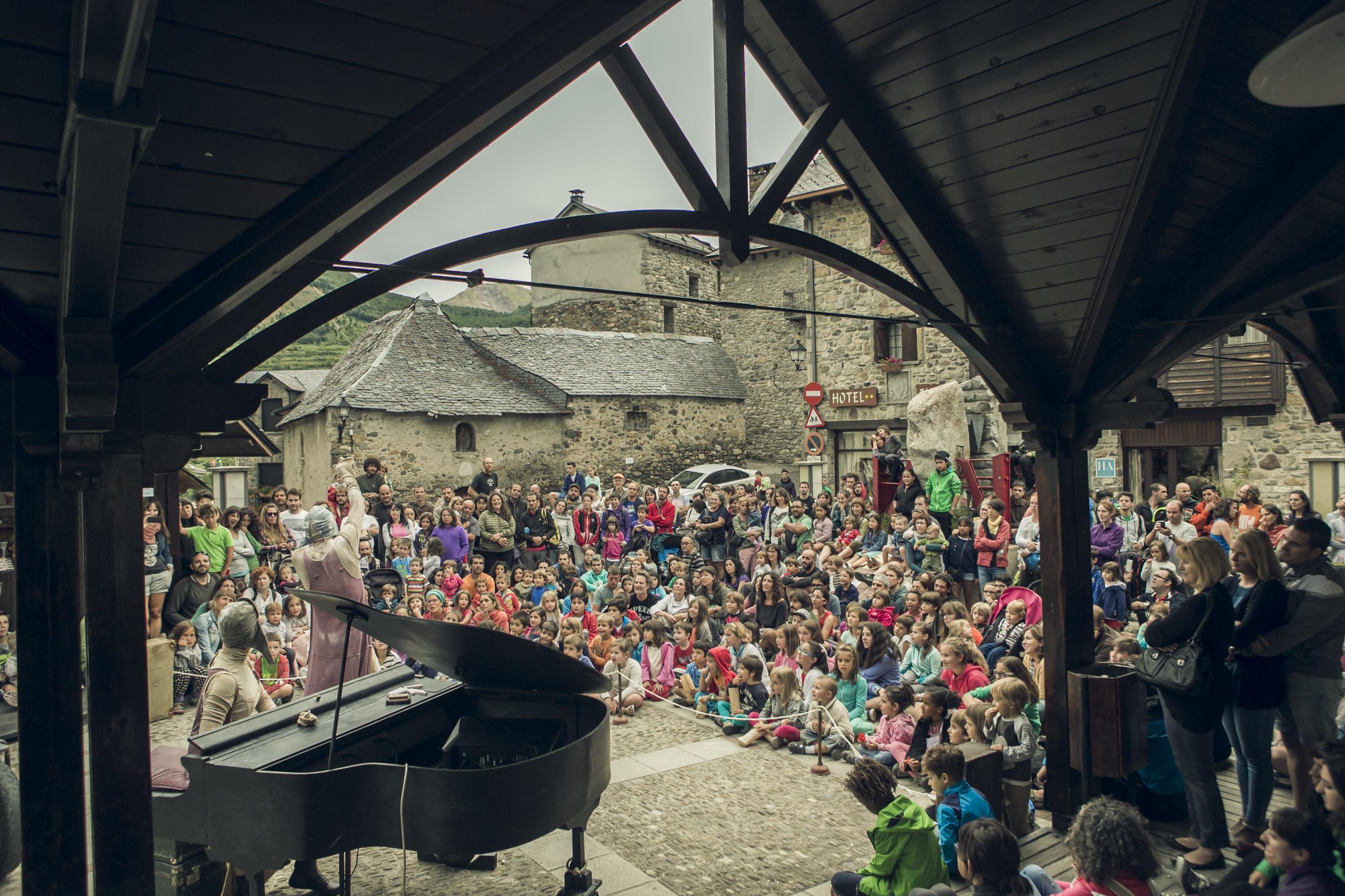 Además de los conciertos en Lanuza, también se organizan actividades paralelas para un público familiar, los mercados del mundo y conciertos entre semana en el escenario de Sallent de Gállego. Foto: Pirineos Sur/Jorge Fuembuena