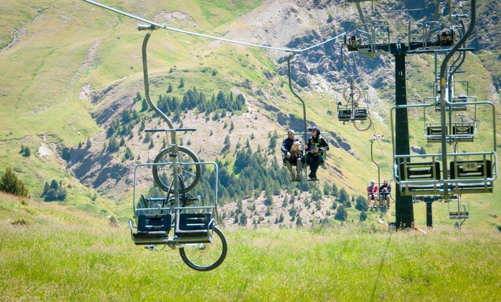 El telesilla del Aneto permite disfrutar de unas fantásticas vistas de los grandes gigantes del Pirineo.