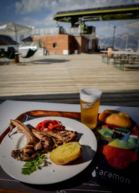 La terraza de Ampriu en Cerler y la de Petrosos de Panticosa -en la imagen-permiten disfrutar de una buena parrillada a 2.000 metros de altitud y con impresionantes vistas a las montañas.