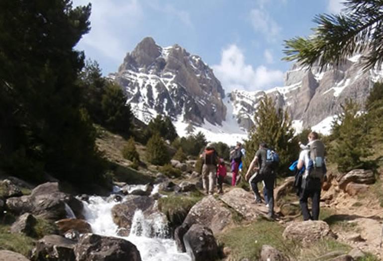 Un grupo de excursionistas dirigiéndose al ibón de Piedrafita