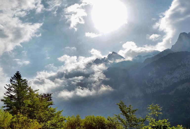 Nubes mañaneras en el valle de Benasque. Foto: Jorge Mayoral