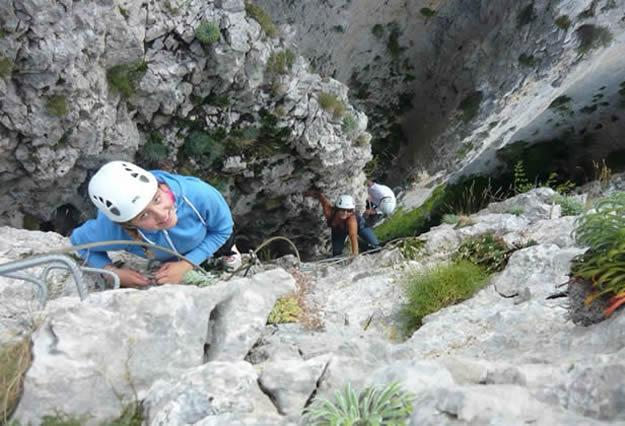 La vía ferrata de Foradada del Toscar es una de las más populares del Pirineo por sus pasos aéreos y su variado recorrido