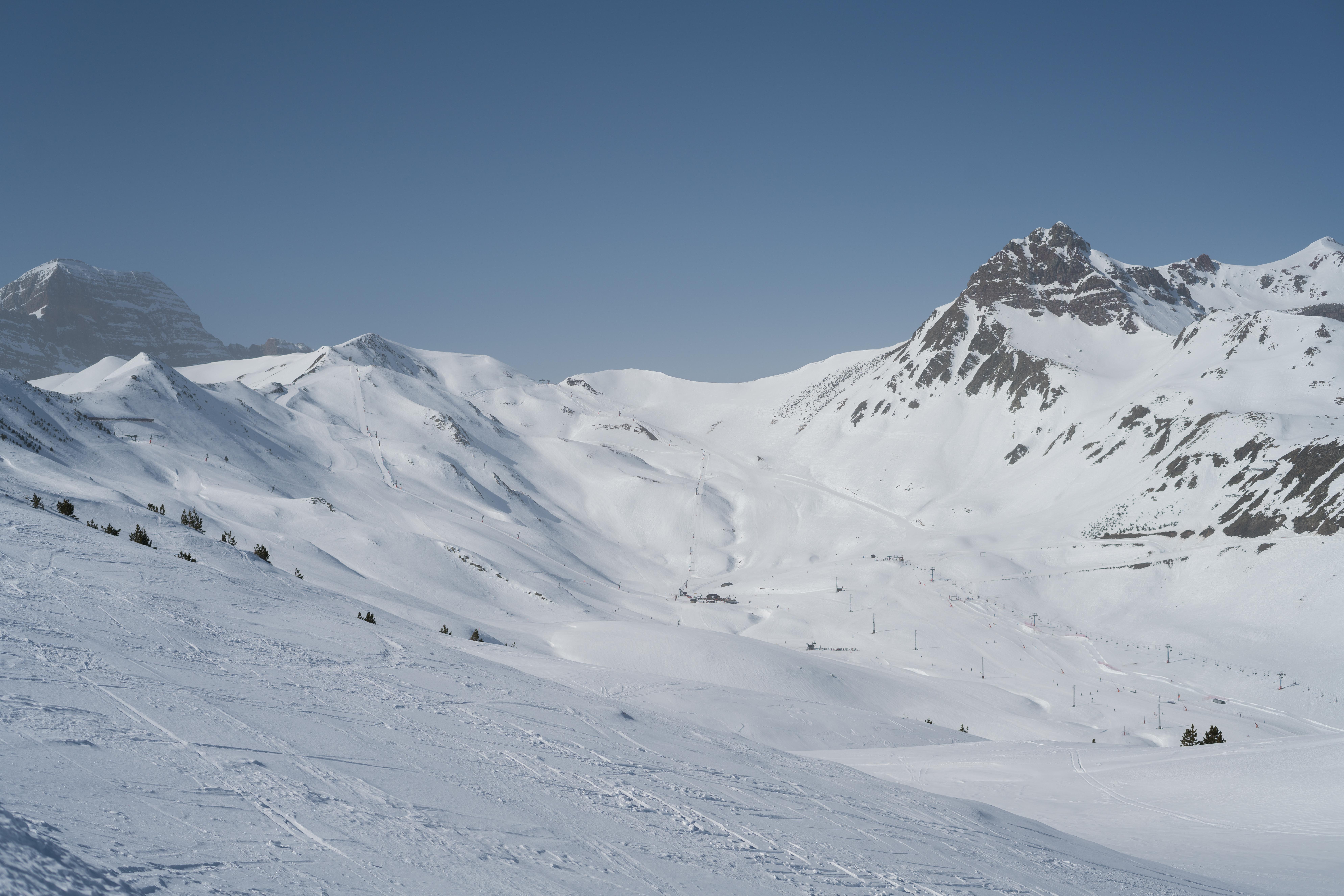 Aramón espera otro fin de semana de solazo con carreras 'alocadas' en la nieve y competiciones