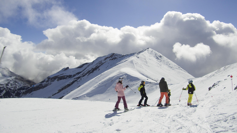 Aramón festeja la Semana Santa con descensos en biquini, piscinas en la nieve y música en el après-ski
