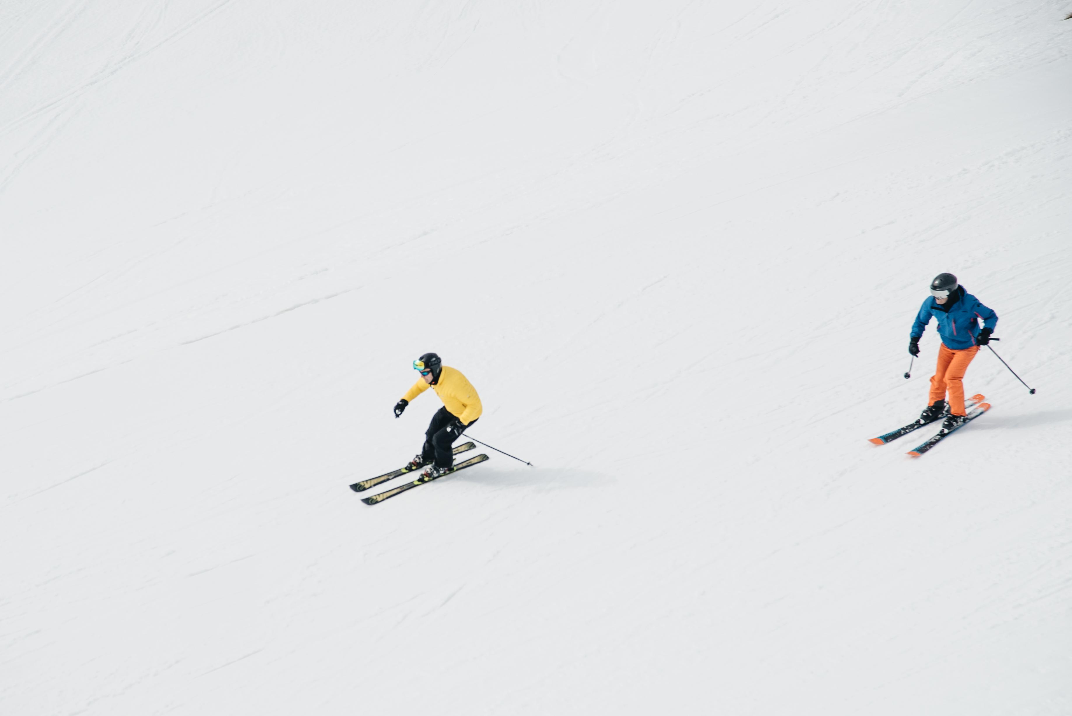 Esquiar con nieve primavera