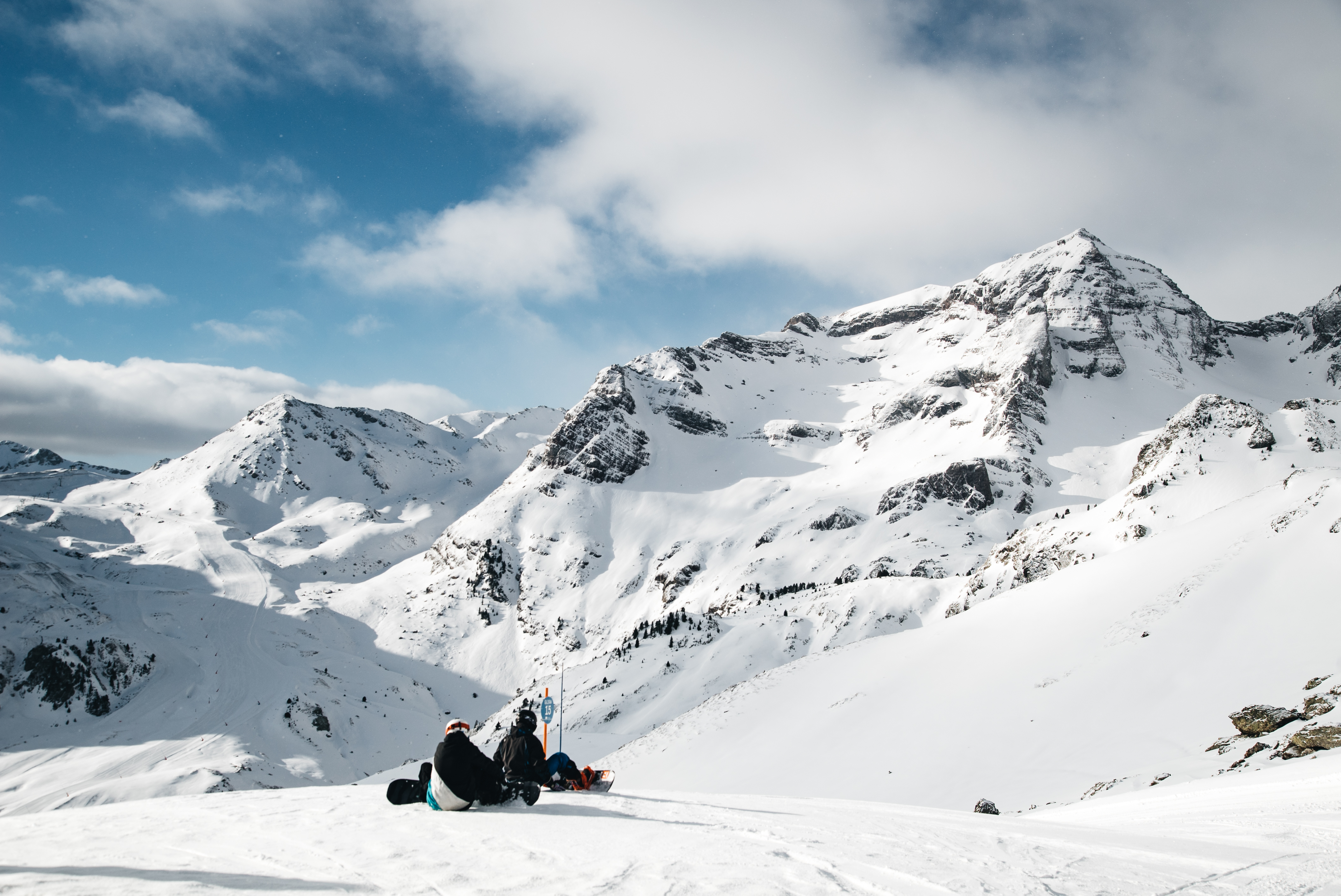 Diferencias no tan obvias entre hacer snowboard y esquiar